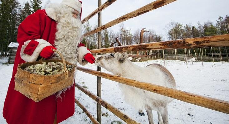 Laponia Rovaniemi: Święty Mikołaj karmi Rudolfa