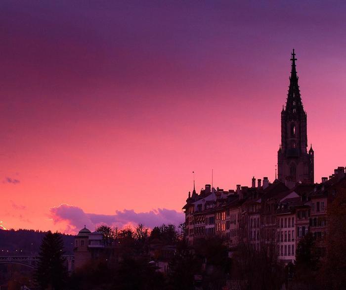 Słońce zachodzi nad zabytkową częścią Berna
