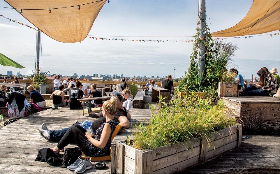 Ogród i letni klub Klunkerkranich na dachu centrum handlowego w sąsiednim Neukolln