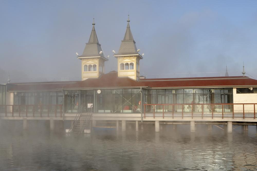 Węgry. Jezioro Heviz zimą